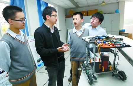 三名高一学生发明机器人 空巢老人可随时见儿女